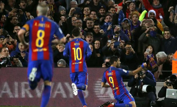 Campo Nuevo (Barcelona), domingo 18 de diciembre de 2016. Celebra el caníbal de FC Barsa. El delantero uruguayo del FC Barcelona Luis Suárez (d) celebra el primer gol marcado frente al Español, durante el partido de la decimosexta jornada de primera división que se jugó en el estadio del Campo Nuevo, en Barcelona. Efe.