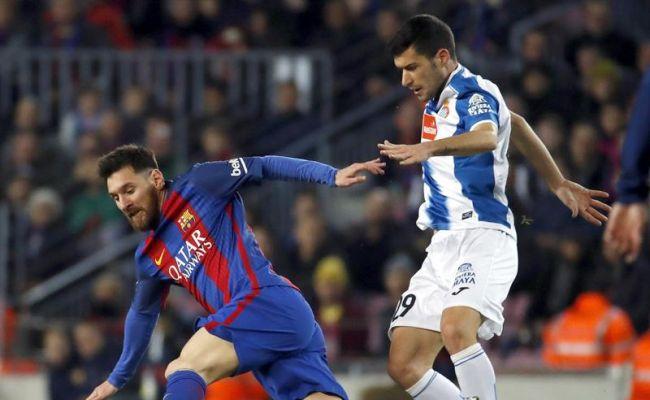 Campo Nuevo (Barcelona), sábado 18 de diciembre de 2016. El delantero argentino del FC Barcelona Leo Messi (i) y el defensa Aarón Martín (d), durante el partido de la decimosexta jornada de primera división en el estadio del Campo Nuevo, en Barcelona. Efe.