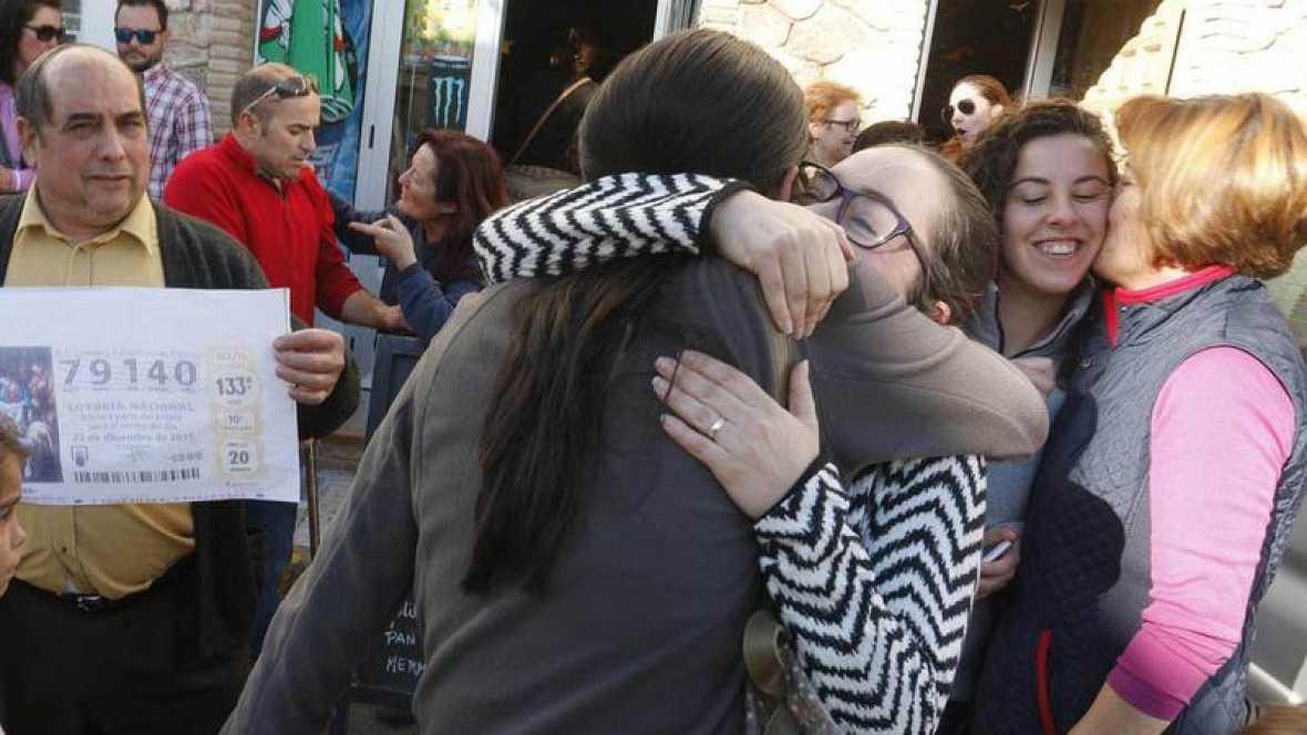 Dos personas se abrazan de alegría al saber que han sido agraciadas con el Gordo de la Lotería de Navidad de 2015. Archivo Efe.