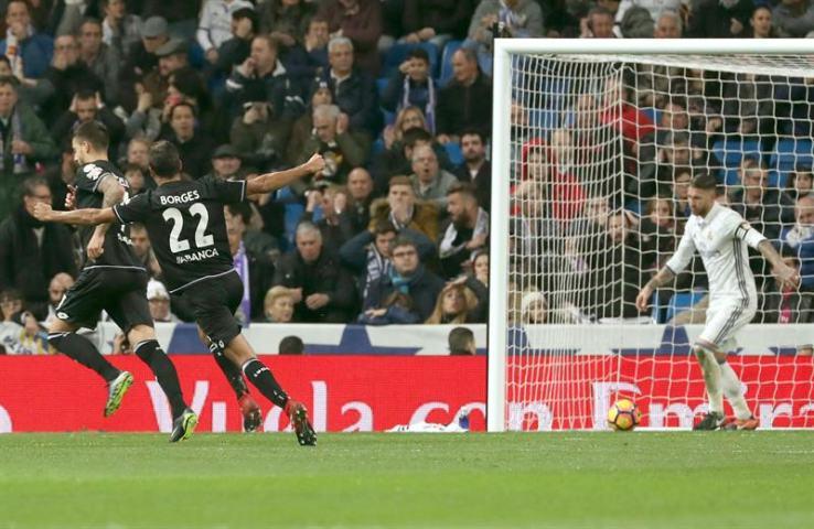 El centrocampista del Deportivo de La Coruña (i) celebra el segundo gol marcado ante el Real Madrid, durante el partido de la decimoquinta jornada de Liga en Primera División que se jugó en el estadio Santiago Bernabéu, en Madrid