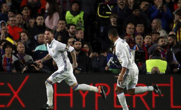 El defensa del Real Madrid Sergio Ramos (i) celebra el gol marcado ante el FC Barcelona, ante su compañero Carlos Henrique Casimiro (d) durante el partido de la decimocuarta jornada de Liga que disputaron en el Campo Nuevo de Barcelona. EFE