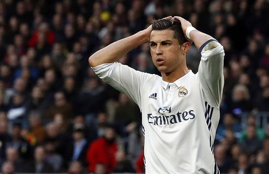 El delantero portugués del Real Madrid, Cristiano Ronaldo durante el partido de la decimocuarta jornada de Liga en el Campo Nuevo de Barcelona. EFe
