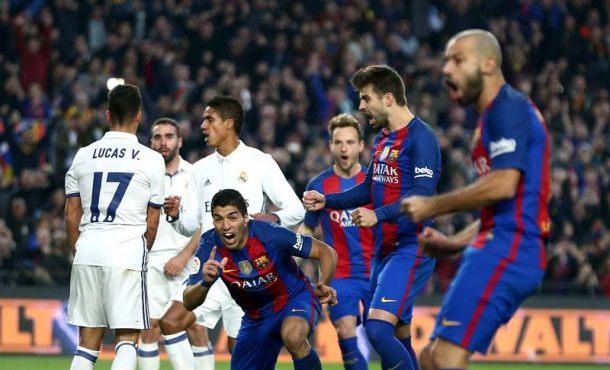El delantero uruguayo del FC Barcelona Luis Alberto Suárez (c) celebra el gol marcado ante el Real madrid, el primero del equipo, durante el partido de la decimocuarta jornada de Liga que disputaron en el Campo Nuevo de Barcelona. Efe.