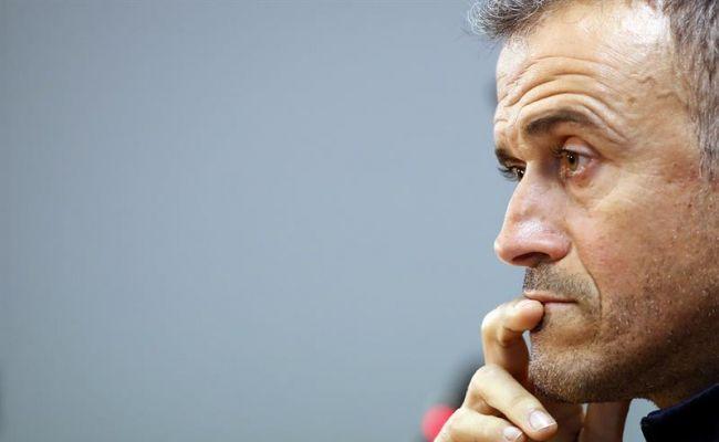 El entrenado del FC Barcelona, Luis Enrique, durante la rueda de prensa que ha ofrecido hoy, sábado 17 de diciembre de 2016, tras el entrenamiento del equipo en la ciudad deportiva Joan Gamper. Efe.