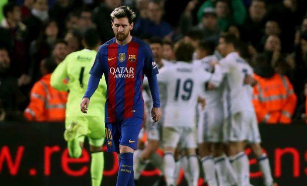 El jugador argentino del FC Barcelona Lionel Messi,primer plano, mientras los jugadores Real Madrid celebran el gol de Sergio Ramos que supuso el 1-1 el partido de la decimocuarta jornada de Liga que el FC Barcelona y el Real Madrid disputaron hoy en el Campo Nuevo de Barcelona. Efe
