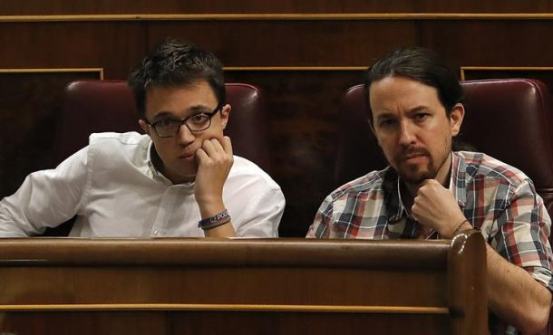 El líder de Podemos, Pablo Iglesias (d), y el portavoz parlamentario, Íñigo Errejón (i), ayer durante la sesión de control al Gobierno en el Congreso de los Diputados. EFE
