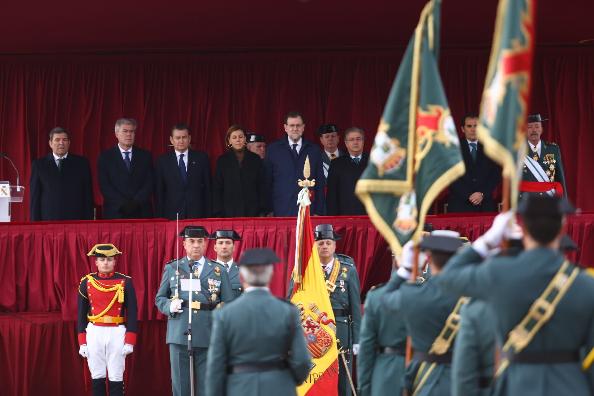 El presidente de Gobierno, Mariano Rajoy Brey (c), rinde homenaje a la Guardia Civil y a la bandera de España, desde la Academia de Guardias y Suboficiales de la Guardia Civil de Baeza (Jaén), donde ha presidido hoy, sábado 17 de diciembre de 2016, la jura de bandera de 966 nuevos miembros de este cuerpo. Lasvocesdelpueblo.