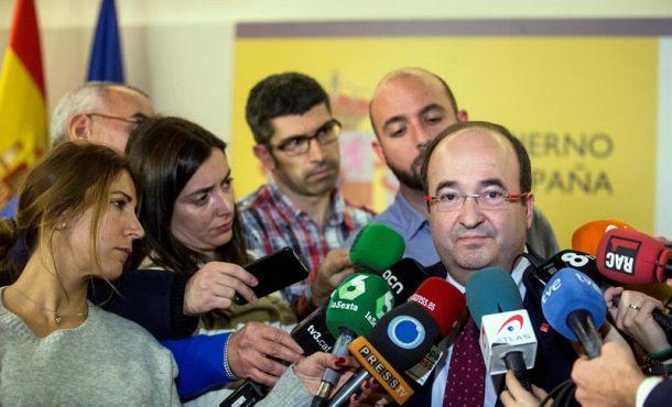 El primer secretario del PSC, Miquel Iceta, atiende a los medios de comunicación en la sede de la Delegación del Gobierno en Cataluña, en Barcelona. EFE