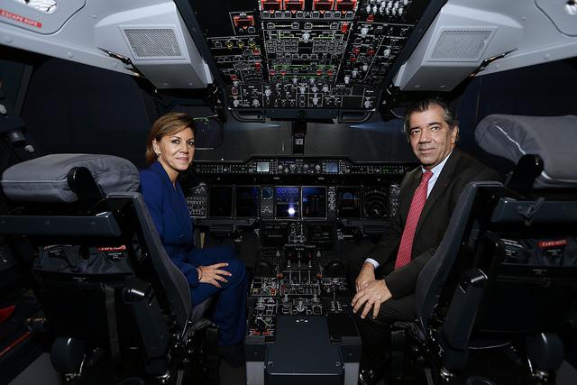 Entrega primer avión A400M. La ministra de Defensa de España, Maria Dolores de Cospedal (i) y un militar. Fuentes defensa. lasvocesdelpueblo.