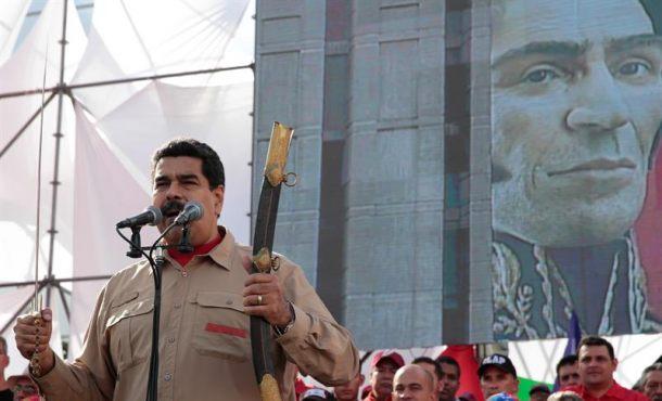 Fotografía cedida por prensa de Miraflores, donde al presidente de Venezuela Nicolás Maduro, quien habla durante una manifestación en Caracas. Efe