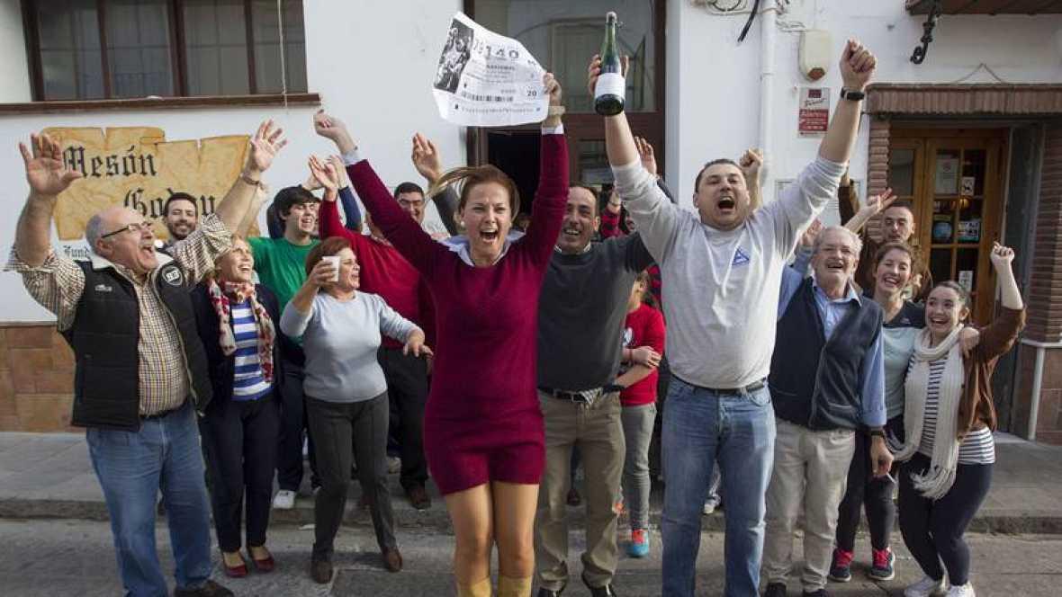 Ganadores del 'Gordo' de la Lotería de Navidad de 2015 celebran que han sido agraciados. Archivo Efe.