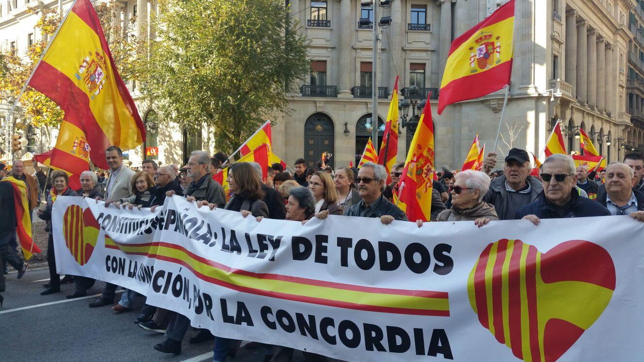 """El secretario general de VOX, Javier Ortega, tercero por la izquierda, en la cabecera de la manifestación bajo el lema: """"La ley de todos, con la Constitución, por la concordia"""". Lasvocesdelpueblo"""