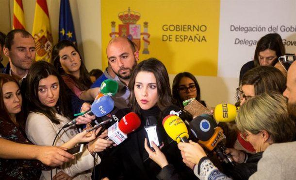 """La líder de Ciutadans en Cataluña, Inés Arrimadas, atiende a los medios de comunicación en la sede de la Delegación del Gobierno en Cataluña, donde se ha reunido esta tarde con la vicepresidenta del Gobierno, Soraya Sáenz de Santamaría, que mantiene hoy en Barcelona encuentros de carácter """"privado"""" para tratar la cuestión catalana."""