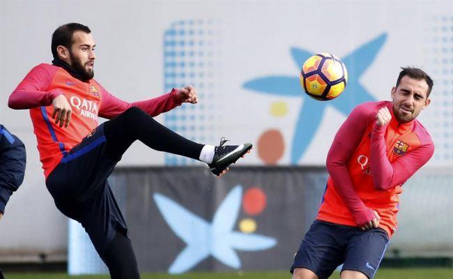 Los jugadores del F.C. Barcelona Aleix Vidal (i) y Paco Alcácer (d), durante el entrenamiento del equipo en la ciudad deportiva Joan Gamper. Efe.