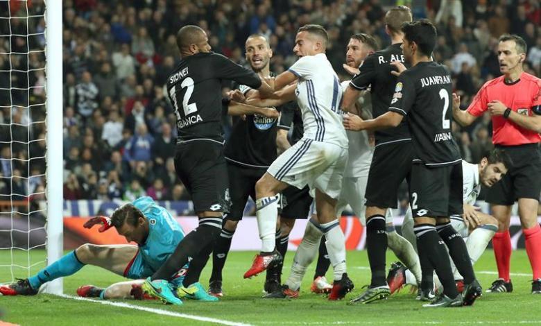 Los jugadores del Real Madrid se pelean con los del Deportivo de La Coruña, durante el partido de la decimoquinta jornada de Liga en Primera División que Real Madrid y Deportivo jugaron en el estadio Santiago Bernabéu, en Madrid. Efe