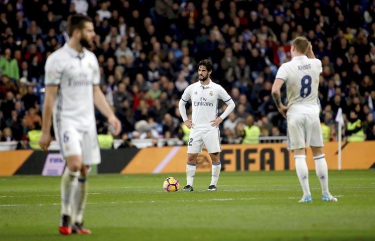 Los jugadores del Real Madrid tras encajar el segundo gol del Deportivo de La Coruña, durante el partido de la decimoquinta jornada de Liga en Primera División que se jugó en el estadio Santiago Bernabéu, en Madrid. Efe