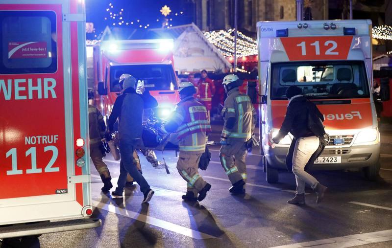 Un camión se estrella contra un mercado navideño en Berlín. 19.12.2016 Los equipos de rescate trabajan en la zona del mercadillo donde ha tenido lugar el suceso. Reuters.