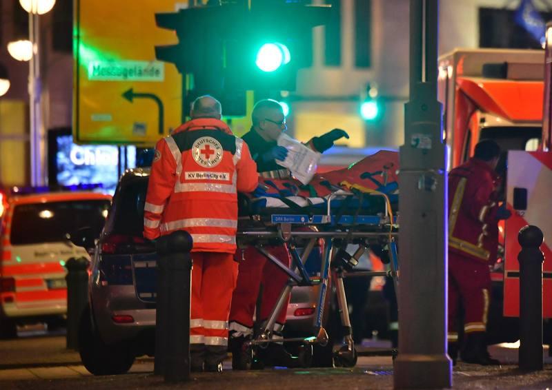 Un camión se estrella contra un mercado navideño en Berlín. 19.12.2016 Los servicios médicos atienden a un herido en el lugar del suceso. Afp.