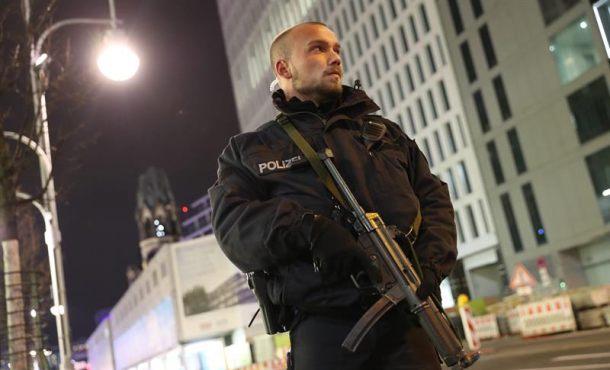 Un policía custodia hoy, lunes 19 de diciembre de 2016, la zona en la que un camión se estrelló contra un mercado de Navidad, cerca de la iglesia conmemorativa Kaiser Wilhelm en Berlín, (Alemania). Según la policía, un hombre fue reportado muerto por lo que la policía sospecha que se trató de un Ataque deliberado. Efe