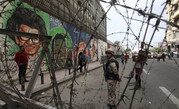 Un soldado egipcio hace guardia frente a un muro cubierto de pintadas en El Cairo, Egipto. Archivo Efe.