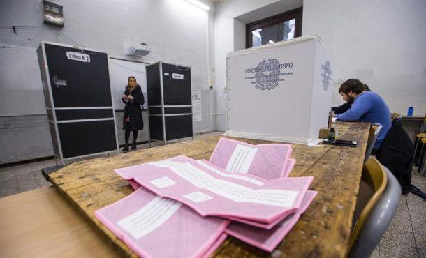 Una mujer vota sobre la reforma constitucional en un colegio electoral en Roma (Italia). Efe.
