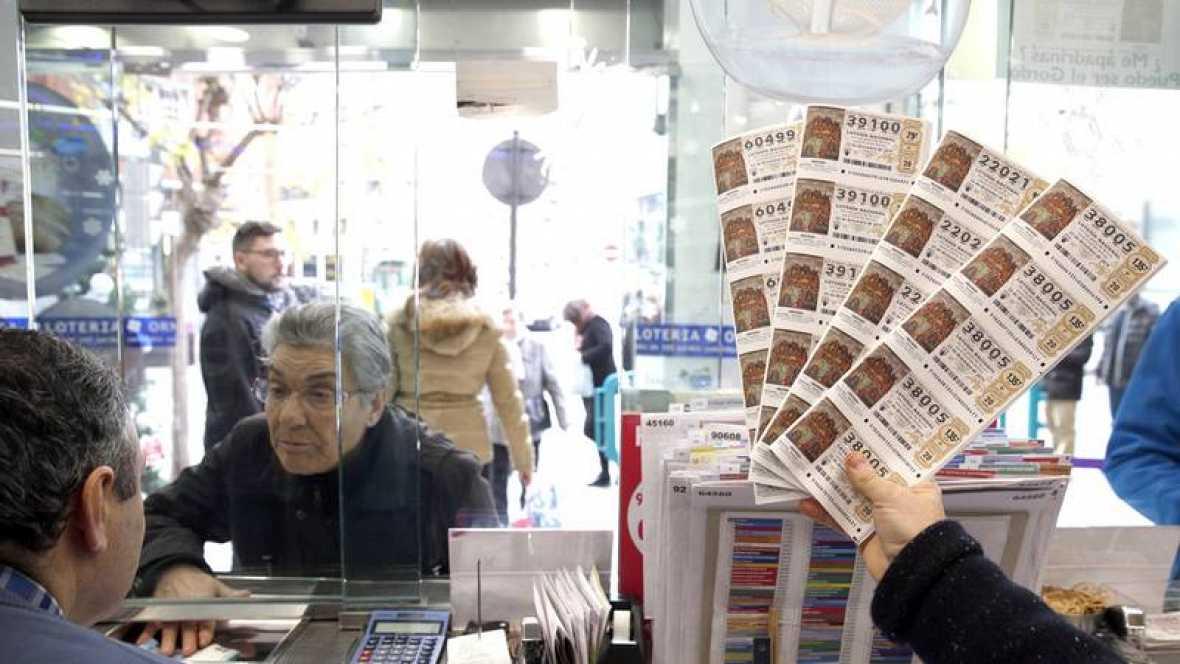 Una persona compra un décimo en una administración de lotería en Bilbao, a tres días de que se celebre el Sorteo Extraordinario de Navidad 2016. Efe