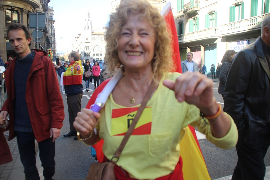 Vía Layetana de Barcelona, martes 6 de diciembre de 2016. Día d ela Constitución. Una catalana celebra el Día d ela Constitución con una Ñ en el pecho y su bandera de la patria. Lasvocesdelpueblo.