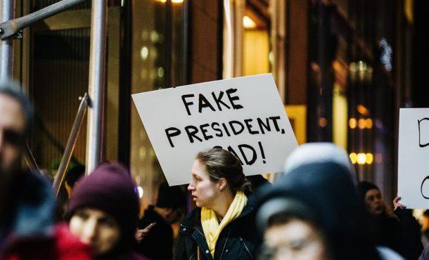 grupo de personas protestan a las afueras de la Torre y el Hotel Internacional Trump hoy, jueves 19 de enero de 2017, en el centro de Manhattan, Nueva York (Estados Unidos), un día antes de la toma de posesión del presidente electo Donald Trump. Efe.