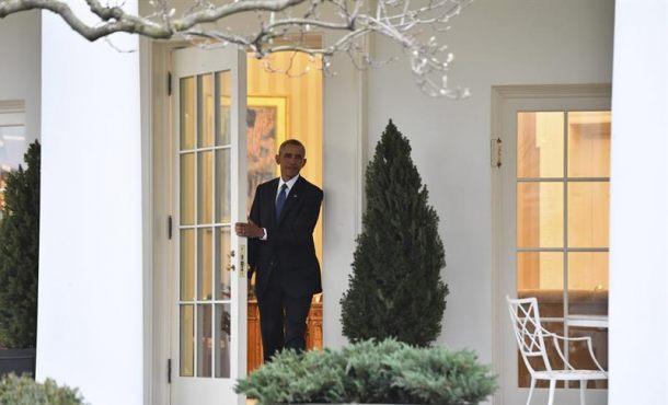 Washington  (Estados Unidos), viernes 20 de enero de 2017. El presidente saliente de EE.UU., Barack Obama, sale por última vez de la Casa Blanca como mandatario del país antes de entregar el cargo a su sucesor en la Casa Blanca, en Washington (EE.UU.), hoy, 20 de enero de 2017. Efe.