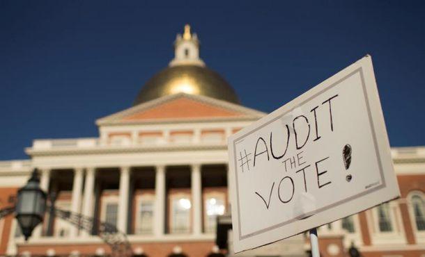 Vista de un cartel que reza 'Revisar el voto' durante una manifiestación en las inmediaciones del las afueras del Colegio Electoral de Boston Estados Unidos, donde se impuso las Hillary Clinton en las pasadas elecciones. Archivo Efe