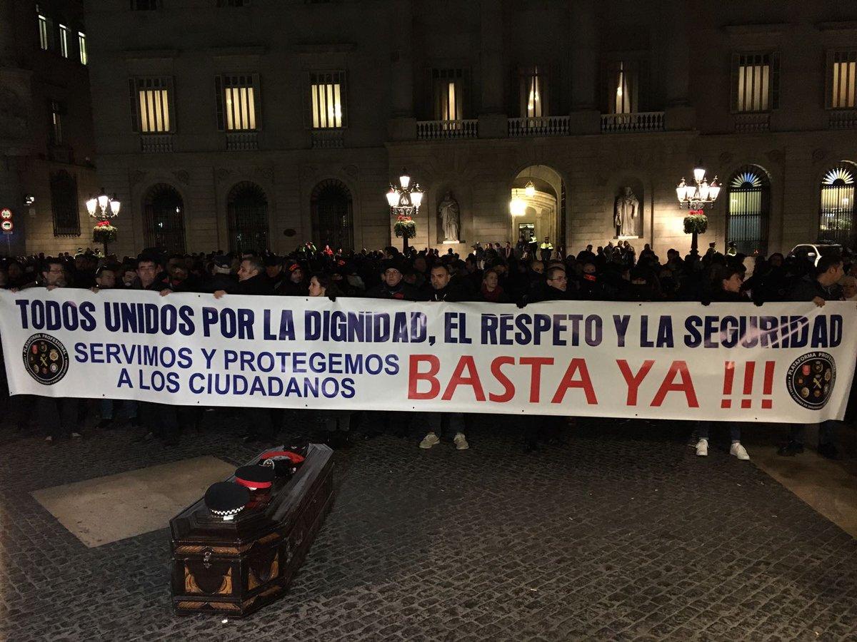 Barcelona (España), martes 17 de enro de 2017. Marcha Marea Policía por la dignidad policial en toda España. En una imagen del sindicato USPAC Ataúd de la marcha fúnebre de este martes en Plaza San Jaime de Barcelona. Lasvocesdelpueblo.