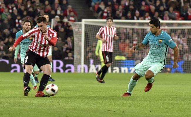 Campo de Atlétic club de Bilbao, jueves de Reyes 2017, jueves 5 de enero de 2017. El defensa francés del Athletic Club de Bilbao Aymeric Laporte (i) disputa un balón con el delantero uruguayo del FC Barcelona Luis Suárez (d), en el partido de ida de octavos de final de la Copa del Rey que ambos equipos han jugado en San Mamés. Efe.