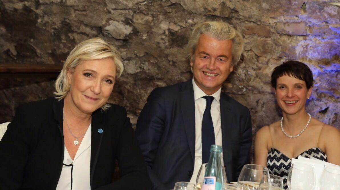 Coblenza (Alemania), sábado 21 de enero de 2017. Cumbre de la nueva Derecha europea con Santiago Abascal, líder de VOX (España); Marine Le Pen, líder del Frente Nacional (Francia), Frauke Petry, de Alternativa por Alemania, y Geert Wilders, del partido holandés FPÖ (Partido de la Libertad) y con otros líderes de la derecha europea. En la imagen Marine Le Pen (i) con Geert Wilders (c) y Frauke Petry (d). Lasvocesdelpueblo.