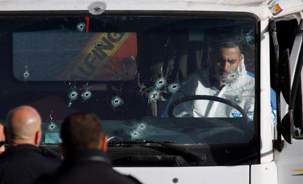 Cuatro muertos y 13 heridos en un ataque con camión contra soldados israelíes. en la imagen, un investigador forense examina la cabina del camión utilizado en el atentado. Efe