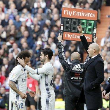 El defensa brasileño del Real Madrid Marcelo Vieira (i) se retira lesionado, y es sustituido por Isco Alarcón (2i), durante el partido frente al Málaga de la décima novena jornada de la Liga de Primera División en el Santiago Bernabéu, en Madrid. Efe.