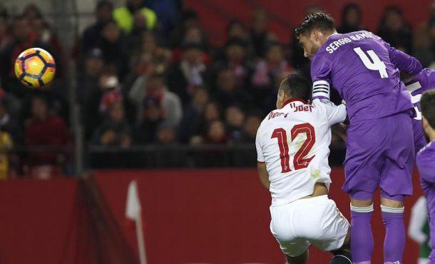 El defensa del Real Madrid Sergio Ramos (d) marca en propia puerta ante el delantero francés Wissam Ben Yedder, del Sevilla FC, durante el partido de la decimoctava jornada de Liga en Primera División que se disputó en el estadio Ramón Sánchez-Pizjuán, en Sevilla. EFE