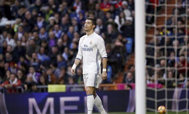 El delantero del Real Madrid Cristiano Ronaldo se lamenta de una acción durante el partido de la décima novena jornada de la Liga de Primera División que el Real Madrid y el Málaga disputan hoy en el Santiago Bernabéu, en Madrid y que finalizó con el resultado de 2-1. EFE