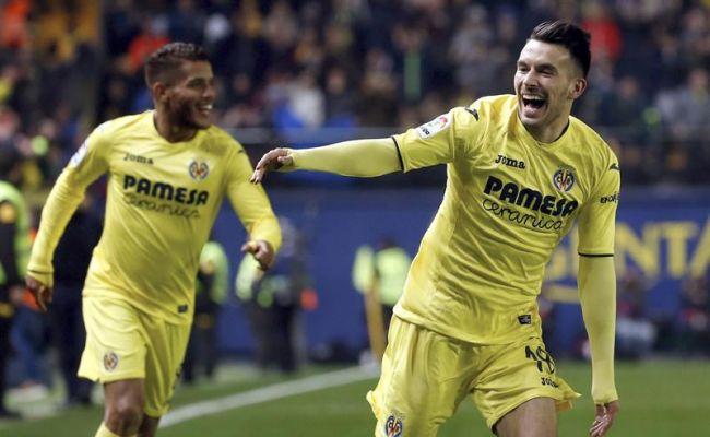 El delantero italiano del Villarreal Nicola Sansone (d) celebra el gol, primero de su equipo, durante el encuentro correspondiente a la decimoséptima jornada de primera división contra el FC Barcelona, que disputaron en el Estadio de la Cerámica de la localidad castellonense. Efe.