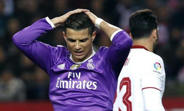 Sevilla, domingo 15 de enero de 2017. El delantero portugués del Real Madrid Cristiano Ronaldo (i) se lamenta durante el partido de la decimoctava jornada de Liga en Primera División que se disputó en el estadio Ramón Sánchez-Pizjuán, en Sevilla. EFE