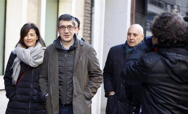 El diputado socialista Patxi López (c), a su llegada a la sede de la calle Ferraz para aistir a la reunión del Comité Federal del PSOE que aprobará el calendario político de 2017 y fijará la fecha del 39 Congreso Federal. EFE