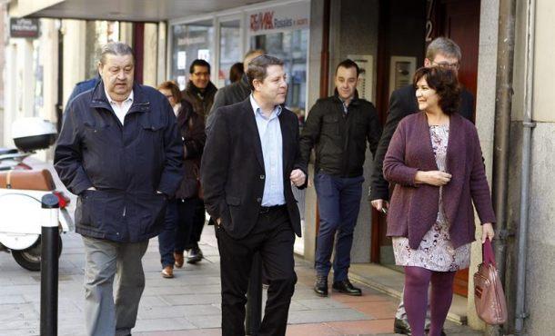 El presidente de Castilla-La Mancha,Emiliano García-Page (c), a su llegada al Comité Federal del PSOE que se reúne hoy en la sede del partido, en la calle Ferraz de Madrid, para aprobar el calendario político de 2017 y fijar la fecha del 39 Congreso Federal. EFE
