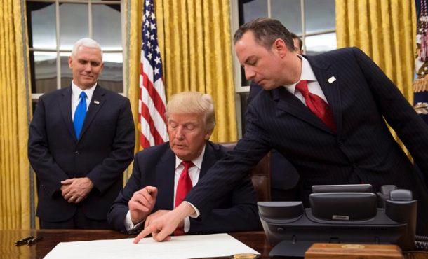 El presidente de EE.UU. Donald J. Trump (C) Se prepara para firmar la confirmación para el Secretario de Defensa James Mattis como su Jefe de Gabinete, Reince Priebus (D) señala la orden mientras el vicepresidente Mike Pence (I) observa, después de que Trump fue juramentado como el presidente No. 45 de los Estados Unidos en el Casa Blanca en Washington, DC, EE.UU., hoy 20 de enero de 2017. EFE