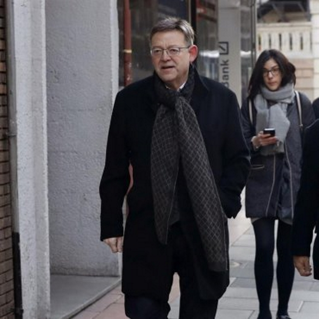 El presidente de la Comunidad Valenciana, Ximo Puig, a su llegada a la sede de la calle Ferraz para aistir a la reunión del Comité Federal del PSOE que aprobará el calendario político de 2017 y fijará la fecha del 39 Congreso Federal. EFE
