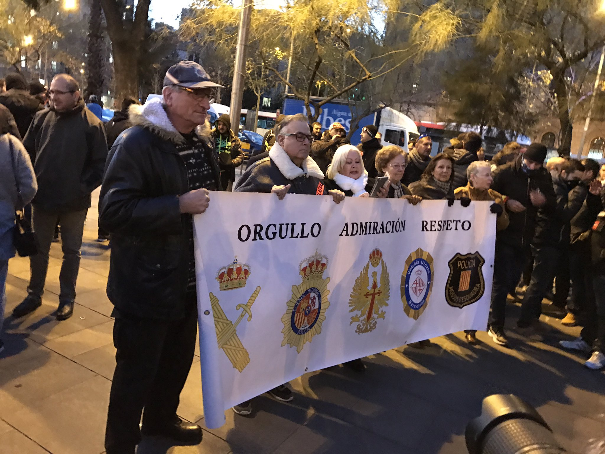 Barcelona (España), martes 17 de enero de 2017. Manifestación de sindicatos de policía de toda España con apoyo de la Guardia, tras el ataque de simpatizantes de la CUP contra el cuartel de la Guardia Civil en Manresa (Barcelona). En la pancarta está a la izquierda el logotipo de la Guardia Civil. Lasvocesdelpueblo
