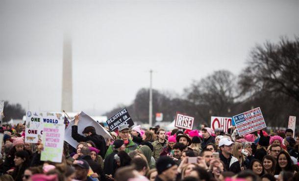 Los organizadores prevén la asistencia de unas 250.000 personas, convocadas en defensa de la diversidad, la igualdad y los derechos de las mujeres que ven amenazados con el nuevo presidente de EE.UU., Donald Trump. EFE