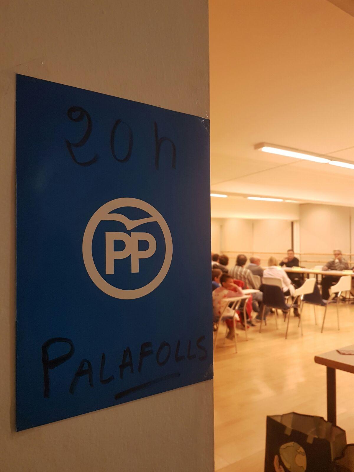Palafolls (España), viernes 2 de diciembre de 2016. Asamblea de la militancia del PP en Palafolls. Óscar Bermán (segunda posición a la izquierda) explica a la militancia del PP los motivos y que acorde anunciar su baja del PP el próximo lunes 9 de enero de 2017. Lasvocesdelpueblo.