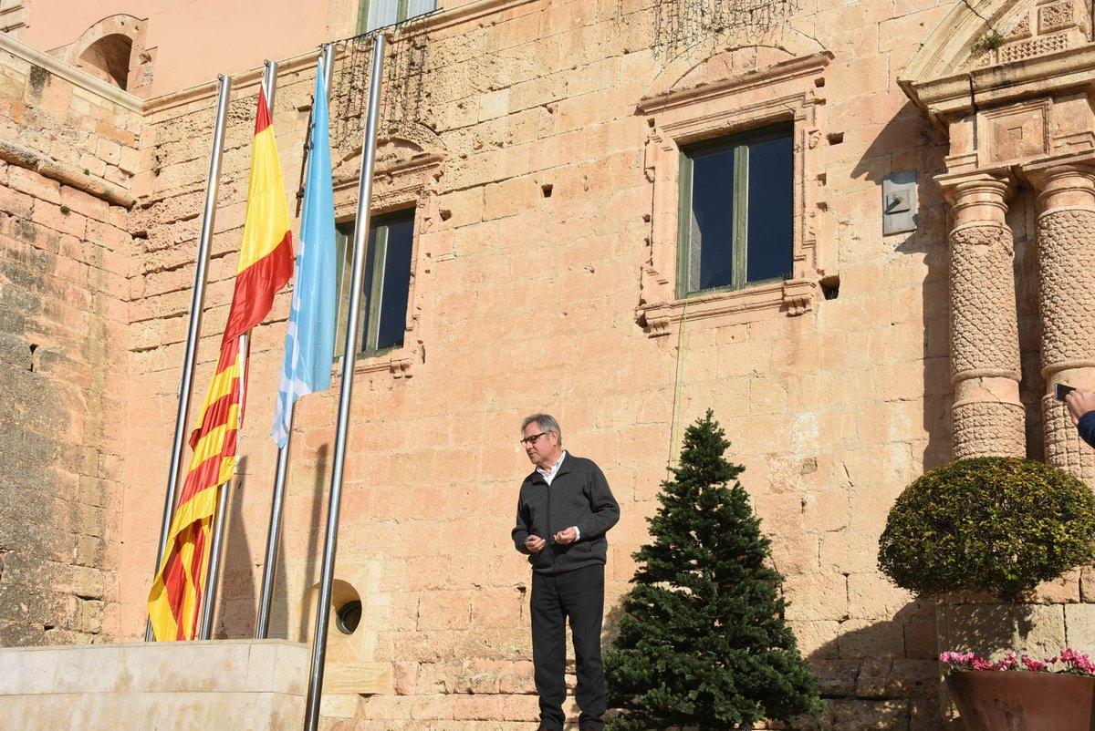 Plaza del Ayuntamiento de Torredembarra (España), miércoles 4 de diciembre de 2017. En la imagen, el alcalde de ERC en Torredembarra, Eduard Rovira, iza la bandera de España... Lasvocesdelpueblo