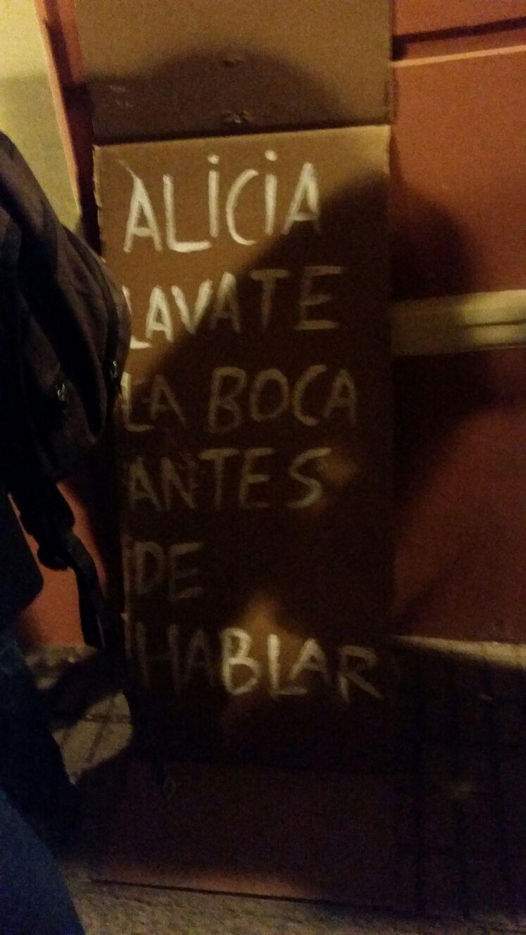 """Badajoz (España), martes 17 de enero de 2017 . Acto de presentación del libro de la vicesecretaria de movilización de VOX . Más de medio centenar de feministas intentan boicotear el acto con pancarta como esta insultos. algunos de los atacantes mostraron pancartas donde se podíaleer """"Alicia, lávate la boca antes de hablar"""", que se unió a insultos de """"machista"""", """"fascista"""",""""vosotros machistas, sois los terroristas"""". Lasvocesdepueblo"""