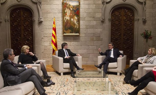 Viernes 10 de febrero de 2017. Se acabó el juicio del 9N y visto para la sentencia. El gobierno separatista catalán se reúne con los golpistas del 9N. El presidente de la Generalidad de Cataluña, Carles Puigdemont (3-i); el expresidente Artur Mas (2-d); las exconsejeras Joana Ortega (d) e Irene Rigau (2-i); y el diputado en el Congreso, Francesc Homs (i), durante la reunión que han mantenido esta tarde en el Palacio de la Generalidad de Cataluña de Barcelona minutos después de finalizar la ultima jornada del juicio del 9N, que ha quedado visto para sentencia. Efe.