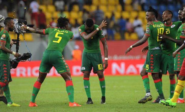 Celebración de los jugadores de Burkina Faso tras el gol que les dio el tercer puesto de la Copa de África sobre Ghana en el partido jugado en Port Gentil. Efe.
